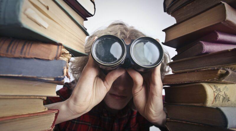 Uma pessoa com um binóculos, como se estivesse procurando alguém, onde você está?