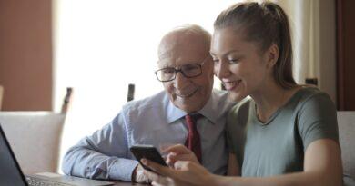 um senhor de idade com uma jovem, retratam as idades do ser humano
