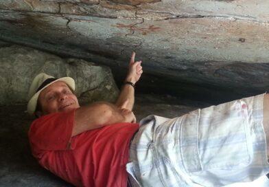 Benito Pepe Vendo uma Pintura Rupestre em uma Caverna