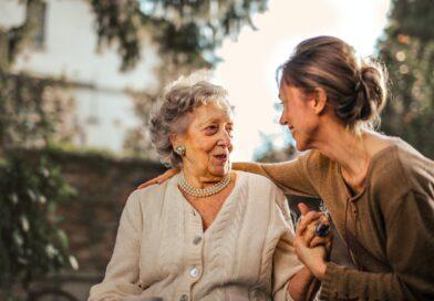 Mãe e filha conversando abraçadas, mãe é uma árvore frutífera eterna.