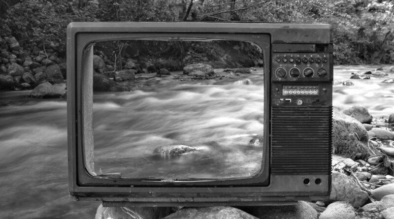 Uma televisão vasada sem o monitor, se pode ver do outro lado, o que é big brother?