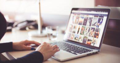 Um Notebook em destaque e parece que uma pessoa está acessando a Internet